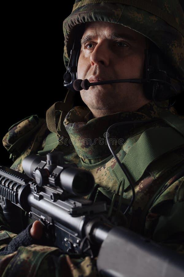 Jednostka specjalna żołnierz z karabinem na ciemnym tle zdjęcia stock