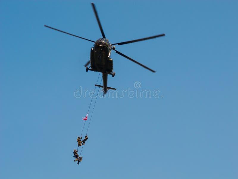 Jednostki Specjalne wiesza na arkanach od helikopteru zdjęcia stock