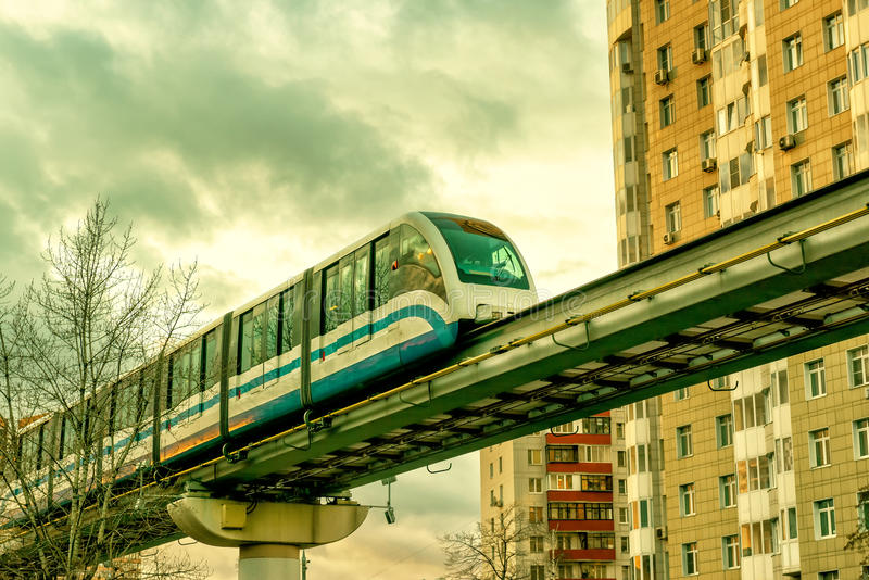Jednoszynowy pociąg biega nad ulica w Moskwa obrazy royalty free