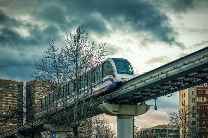 Jednoszynowy pociąg biega nad ulica w Moskwa fotografia royalty free