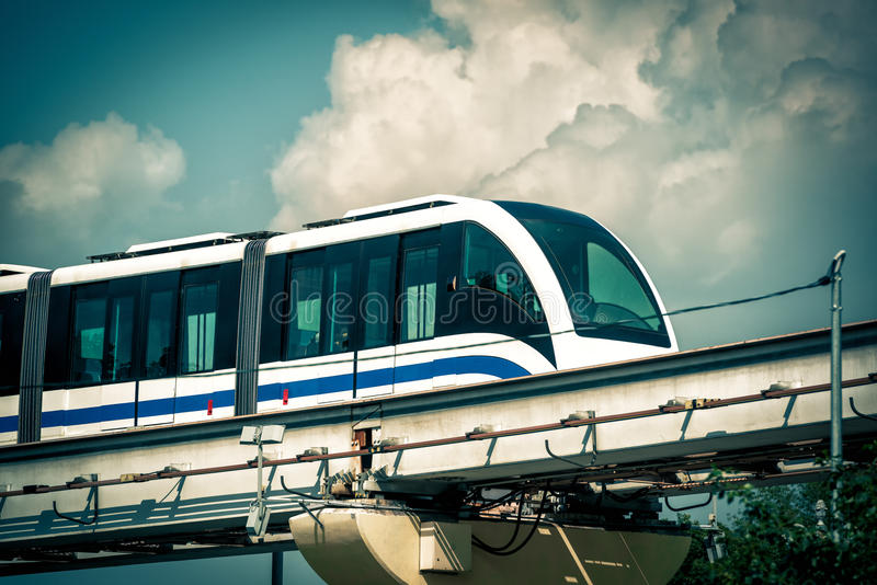 Jednoszynowy pociąg biega w niebieskim niebie w Moskwa zdjęcie royalty free