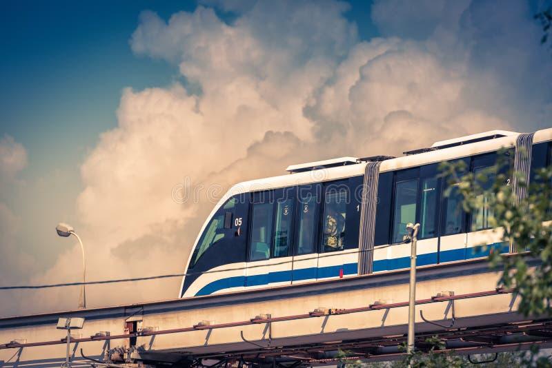 Jednoszynowy pociąg biega w niebieskim niebie w Moskwa zdjęcie stock