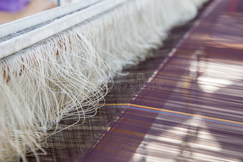 Jedwabiu sznurek w tkactwa matchine tomake craftsmanship obraz royalty free