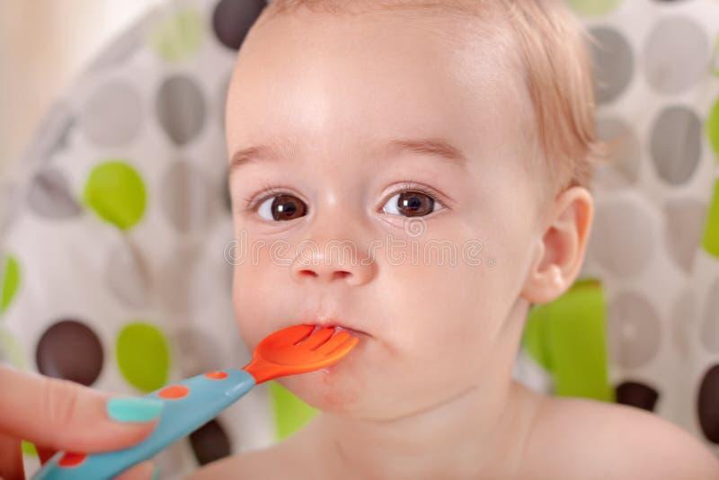 jedząc arbuza dziecka obrazy stock