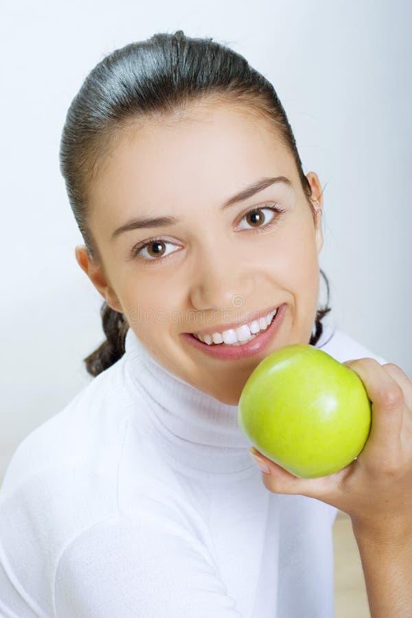 jedząc jabłkowy świeżej zielona kobieta obrazy royalty free
