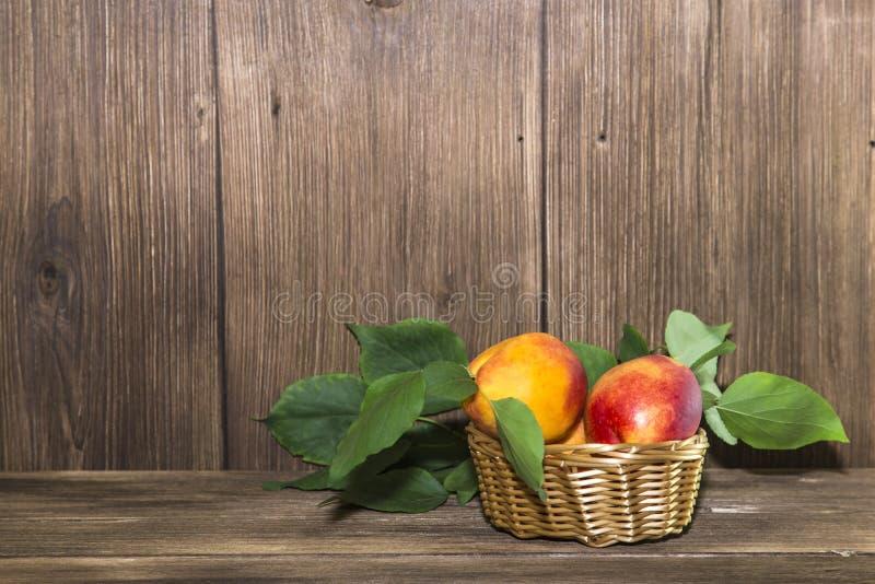 Jedzenie, świeża owoc, słodki deser Dojrzałe świeże soczyste brzoskwinie znowu obraz stock