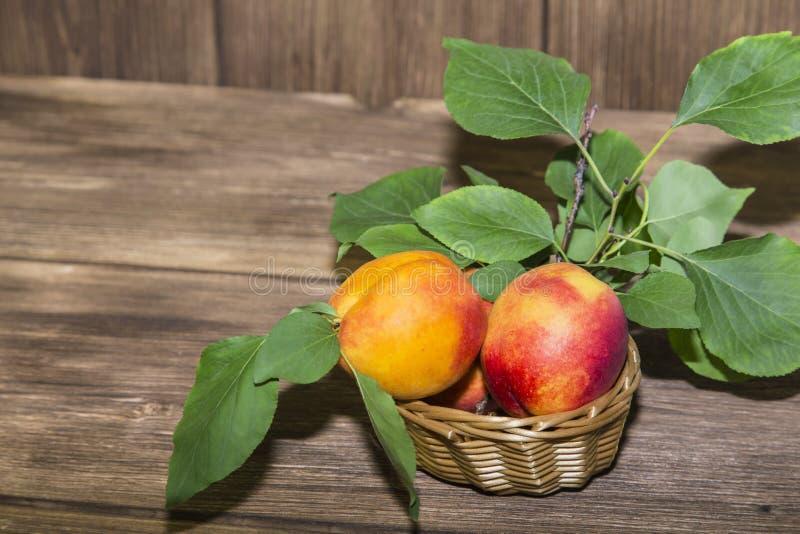 Jedzenie, świeża owoc, słodki deser Dojrzałej świeżej witaminy soczysta brzoskwinia fotografia royalty free