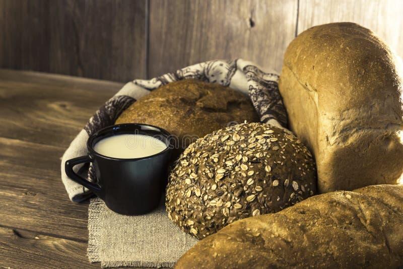 Jedzenie Asortyment piec mleko na drewnianym stołowym backg i chleb obraz stock