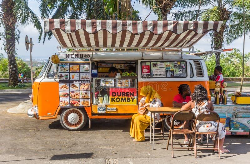 Jedzenie ciężarówka w klasycznym pomarańczowym Volkswagen samochodzie dostawczym przy Garuda Wisnu Kencana Kulturalnym parkiem zdjęcia stock