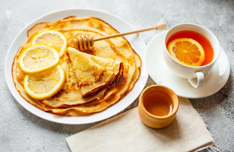 Jedzenie, deser, ciasta, blin, kulebiak Smakowici piękni bliny z bananem i miodem zdjęcie stock