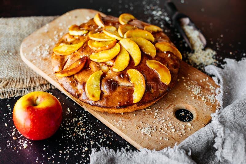 Jedzenie, deser, ciasta, kulebiak Smakowity piękny jabłczany kulebiak obraz stock