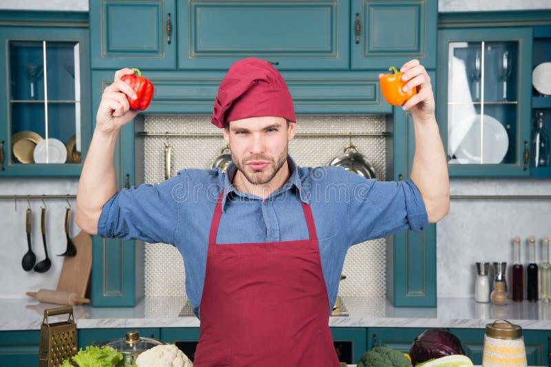 Jedzenie dla życia Mężczyzna chwyta pieprze w rękach Mężczyzna na energetycznej diecie Zdrowy jedzenie dla życie energii zdjęcie stock