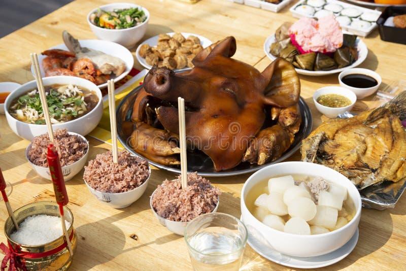 Jedzenie dla ofiar płacić szacuneku boga zdjęcia royalty free