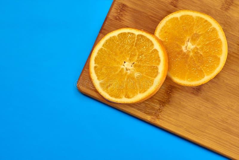 Jedzenie dla sprawności fizycznej, zdrowy styl życia, mieszkanie kłaść z świeżymi palenie owoc, plasterki pomarańcze na kuchennej obraz stock