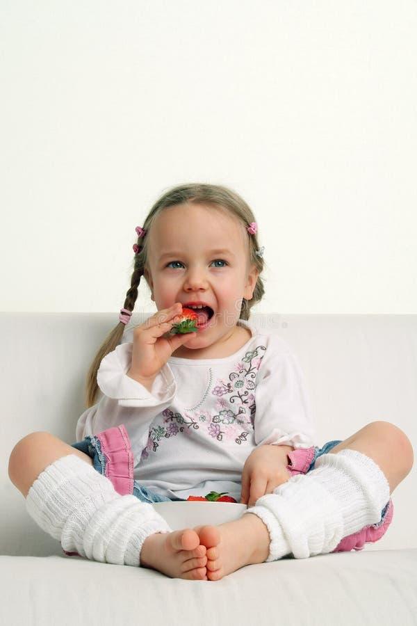 jedzenie dziewczyny mała truskawka zdjęcie stock