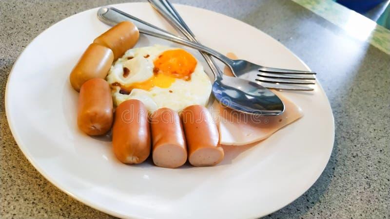Jedzenie hot dog i smażących jajka na pięknym naczyniu obraz stock