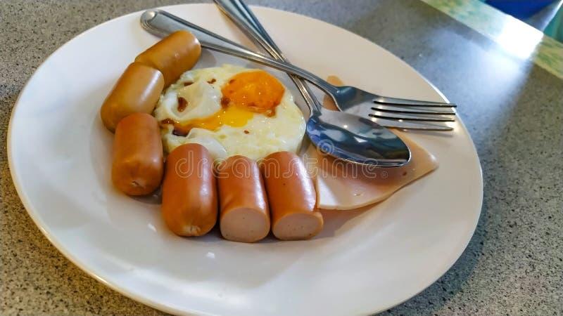 Jedzenie hot dog i sma??cych jajka na pi?knym naczyniu obrazy royalty free