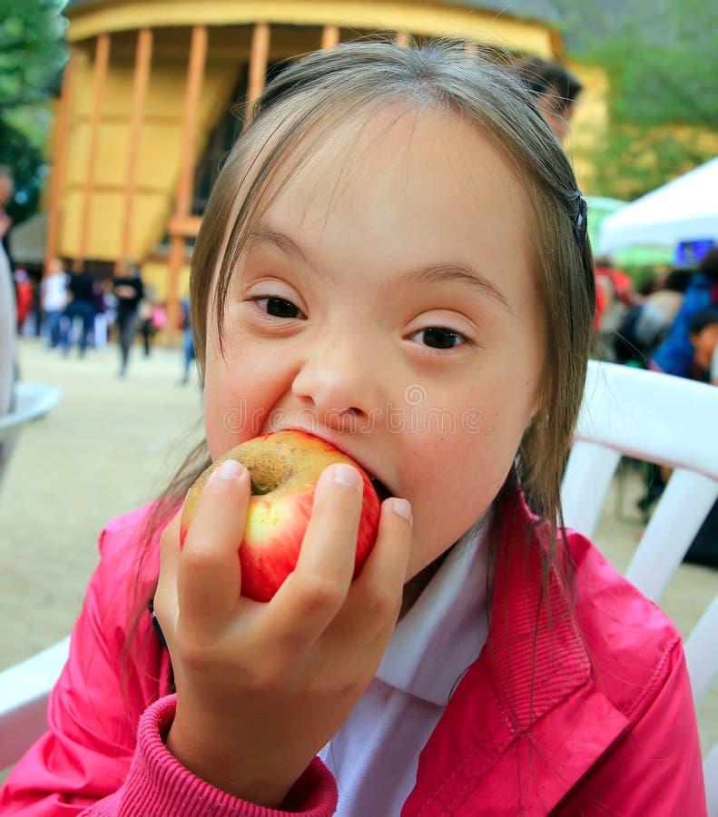 jedzenie jabłczanej dziewczynę, mała czerwona obraz royalty free