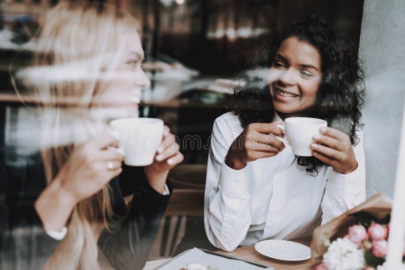 Jedzenie klienci blond dziewczyna mulat Kawiarnia zdjęcia royalty free