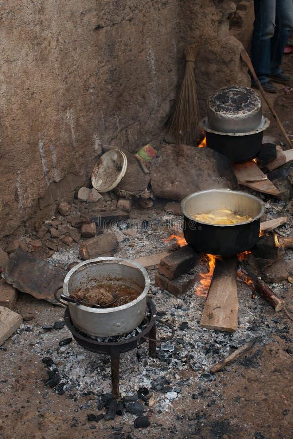 jedzenie na drewnianym ogieniu w tradycyjnej afrykańskiej kuchni obraz royalty free