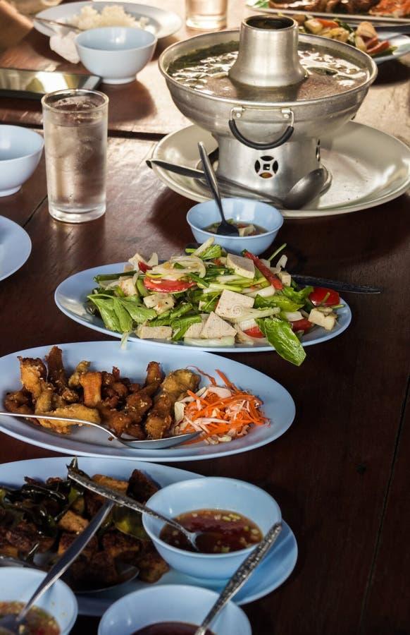 Jedzenie na talerzu na łomotać stół zdjęcia royalty free