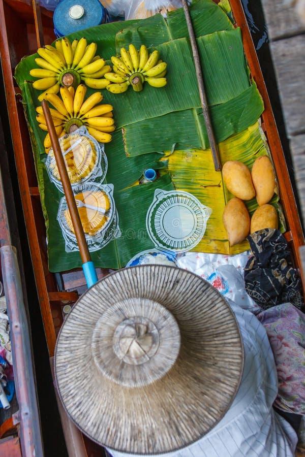 Jedzenie przy spławowym rynkiem blisko Bangkok, Tajlandia obraz stock