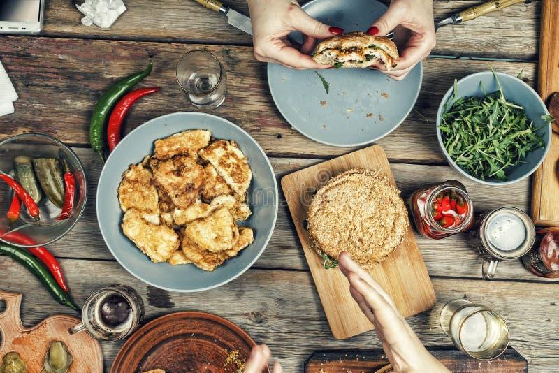 Jedzenie, przyjęcie, hamburger, bbq, stół, wierzchołek, widok, dłoniaki, grill, śniadanio-lunch, świętowanie, obiadowy stół zdjęcia royalty free