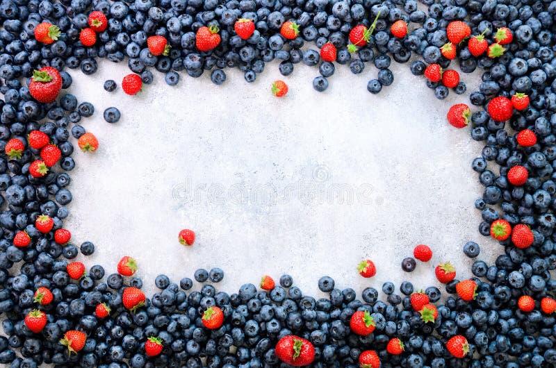 Jedzenie rama z mieszanką truskawka, czarna jagoda Odgórny widok Weganinu i jarosza pojęcie Lato jagod tło obraz stock