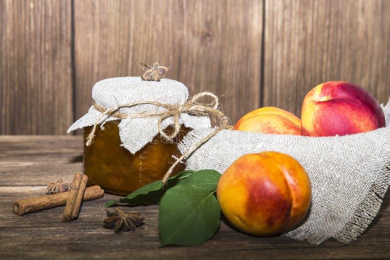 Jedzenie, słodki deser Domowej roboty konserwować Słój owocowy brzoskwinia dżem obraz royalty free