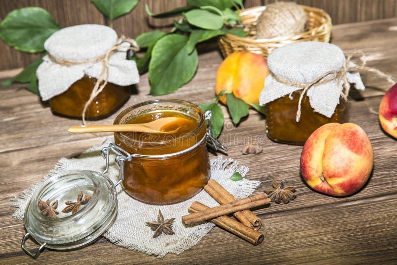 Jedzenie, słodki deser Domowej roboty konserwować Słój owocowy brzoskwinia dżem zdjęcia stock