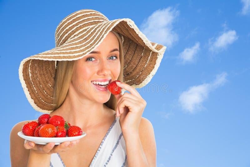 jedzenie truskawek kobieta zdjęcie royalty free