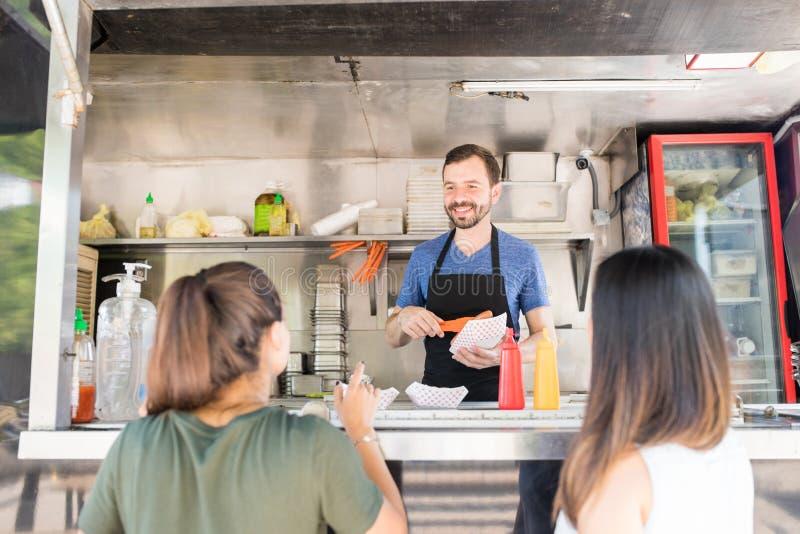 Jedzenie właściciela porci ciężarowy jedzenie fotografia royalty free