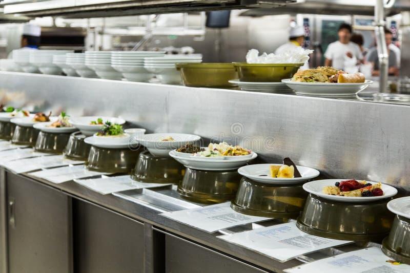 Jedzenie w przepustce Przez okno Handlowa kuchnia obraz royalty free