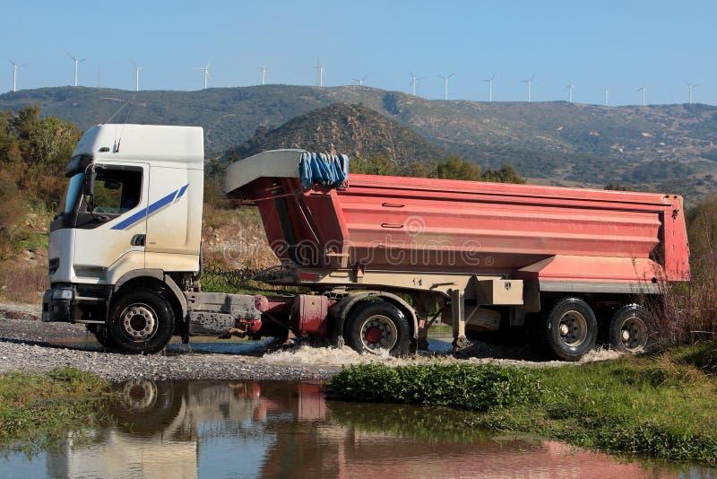 jedzie ciężkiej ciężarówki rzeczną małą ciężarówkę zdjęcia royalty free