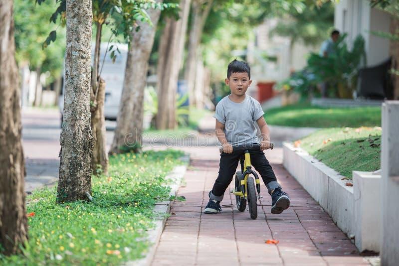 Jedzie rower lub balansuje bicykl używać pchnięcie fotografia royalty free