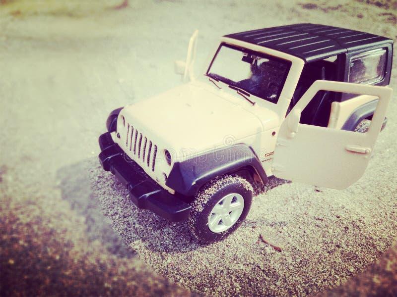 Jeep auf Strand lizenzfreie stockbilder