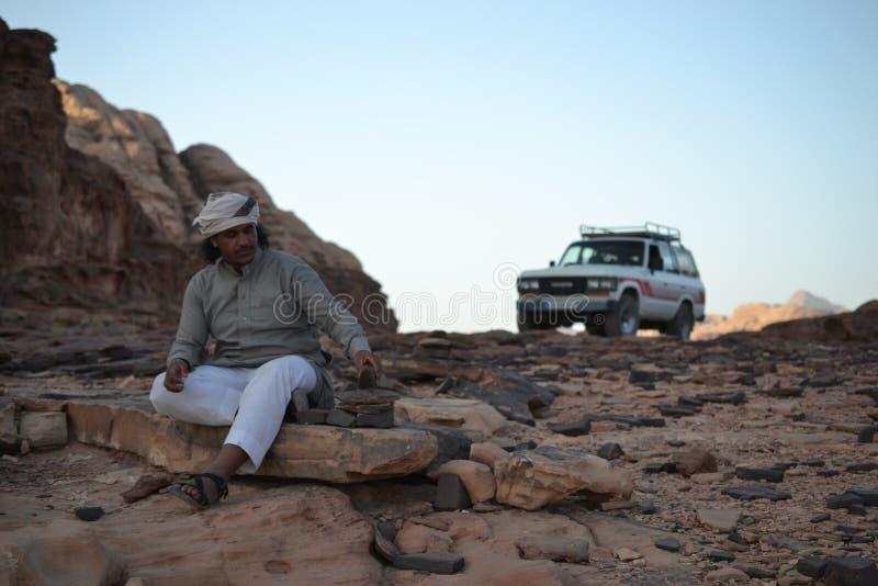 Jeep bédouine, visite de désert par des dunes de sable de région sauvage de Wadi Rum, Jordanie, Moyen-Orient, augmentant, s'éleve photos stock