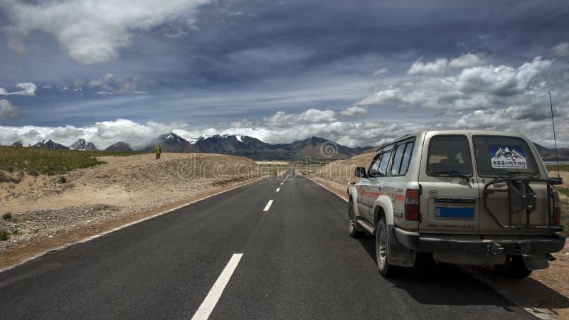 Jeep che viaggia nel Tibet immagini stock libere da diritti