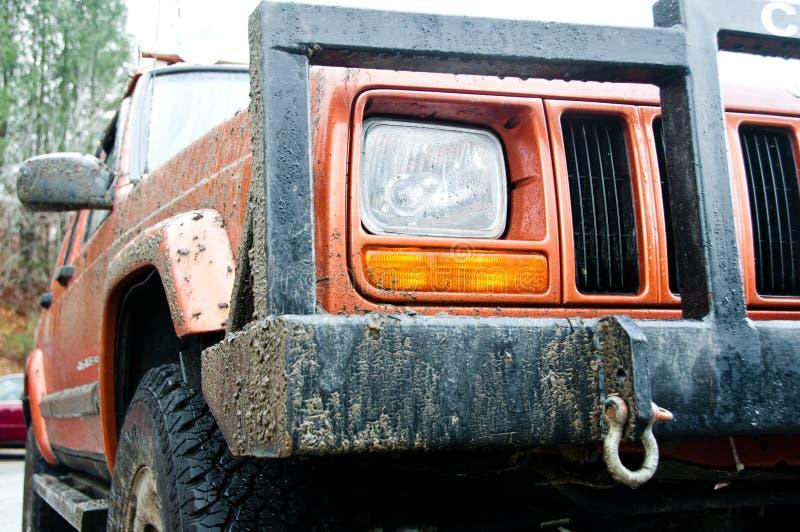 Jeep cherokee après une conduite boueuse photos libres de droits