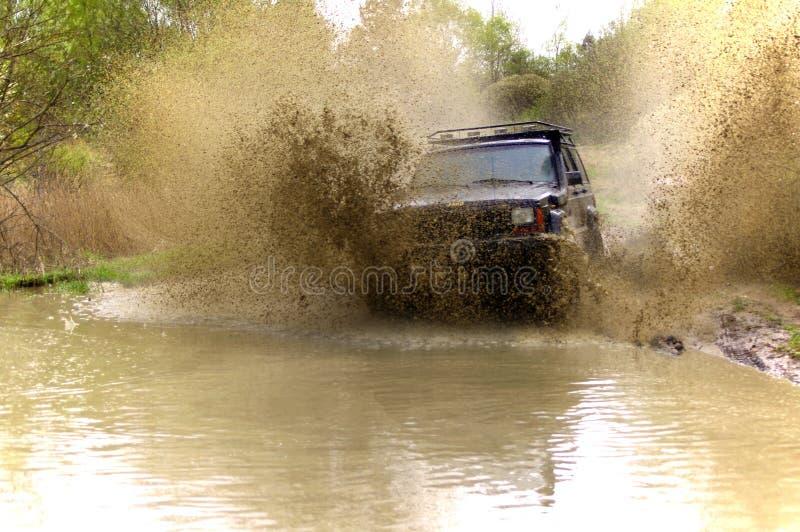 Jeep Cherokee mudding outre de la route photos stock