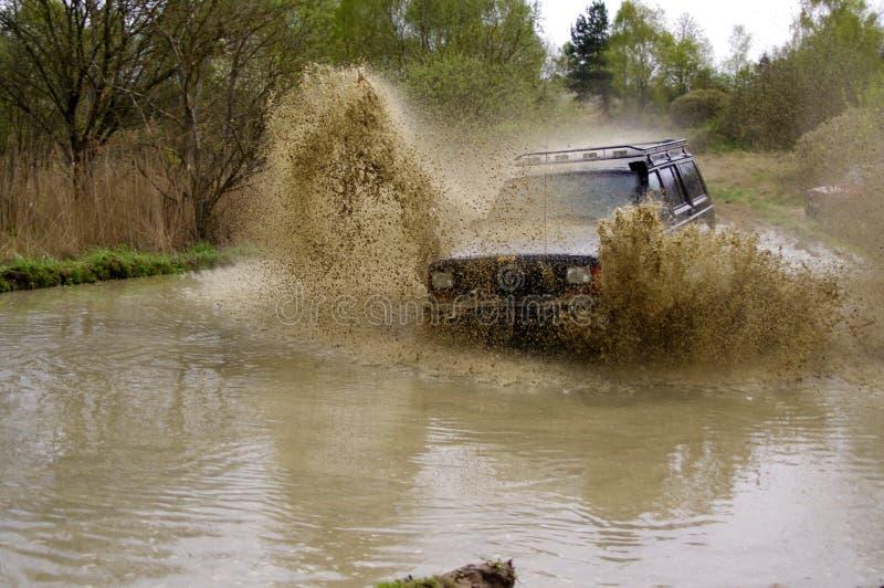 Jeep Cherokee mudding outre de la route image libre de droits