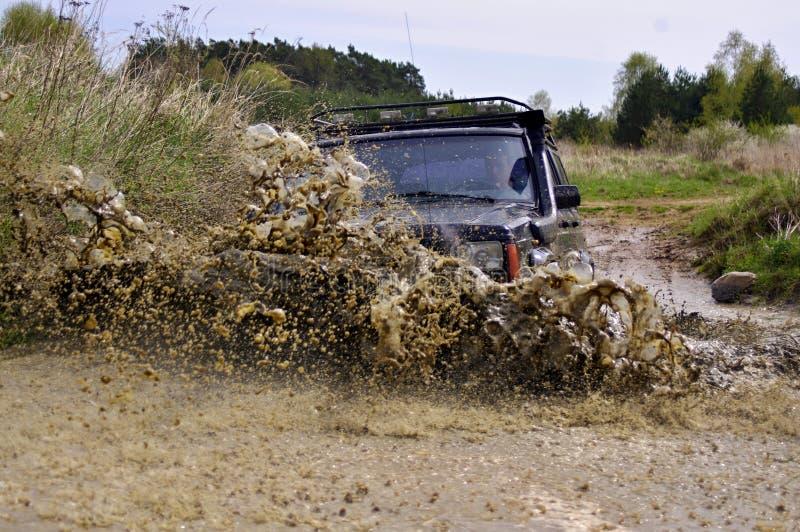 Jeep Cherokee mudding outre de la route photo stock