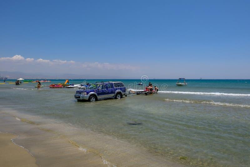 jeep 4 x 4 dans l'eau de mer avec la remorque, chargeant un ski de jet sur L photographie stock libre de droits