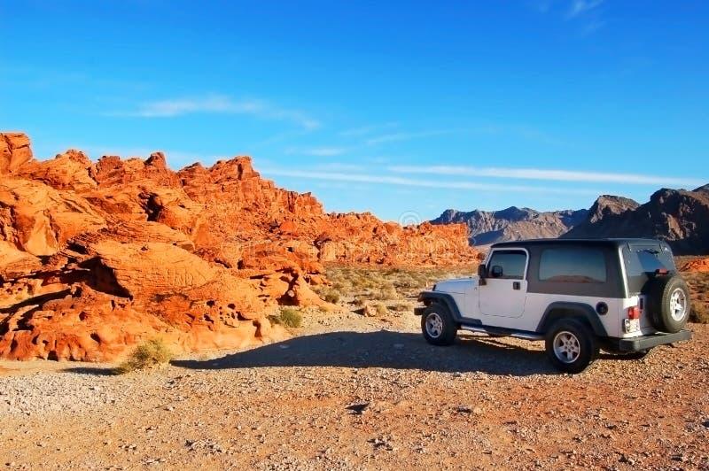 Jeep in de bergen stock afbeeldingen