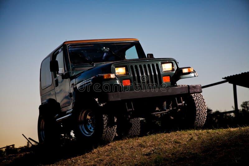Jeep del camino fotografía de archivo libre de regalías