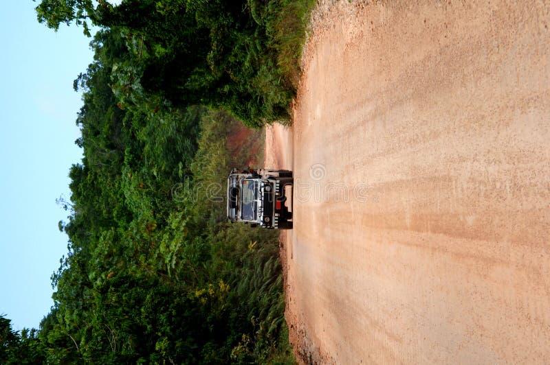 Jeep del safari en el camino de tierra fotos de archivo libres de regalías