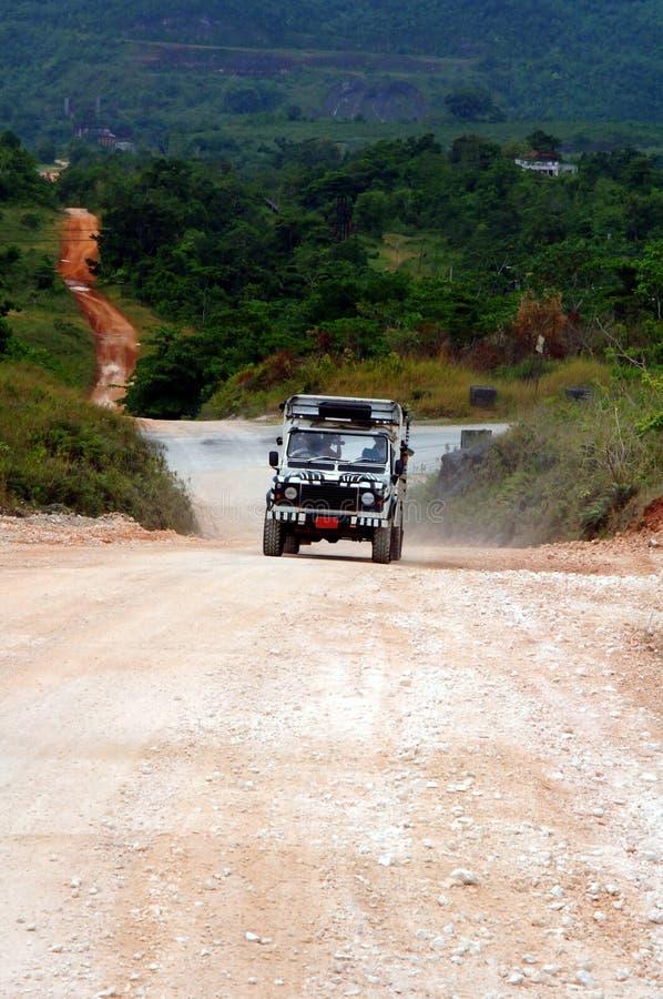 Jeep del safari en el camino de tierra imagen de archivo libre de regalías