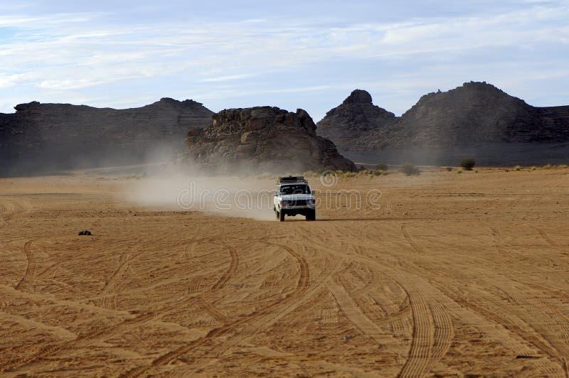 Jeep della motrice a quattro ruote su una strada del deserto fotografia stock libera da diritti