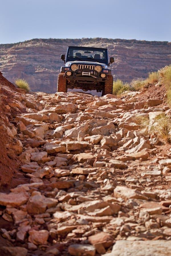 Jeep, der eine raue Spur absteigt stockbild