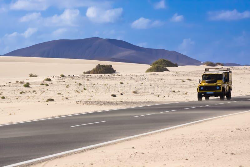 Jeep in der Wüste stockbild